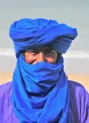 photo d'un touareg avec un turban bleu
